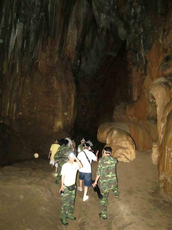 Xuyên qua đá vôi trong lòng hang Thiên Đường - ảnh 3