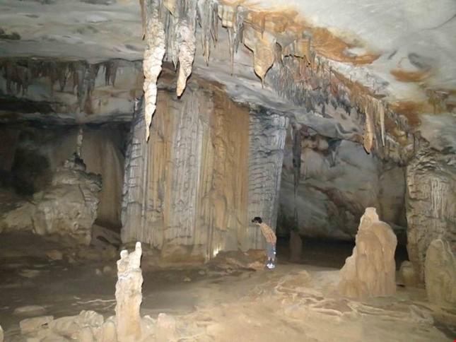 Xuyên qua đá vôi trong lòng hang Thiên Đường - ảnh 4