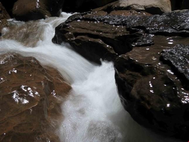 Xuyên qua đá vôi trong lòng hang Thiên Đường - ảnh 6