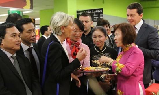 Bia Hà Nội, vải thiều Bắc Giang lên kệ siêu thị châu Âu - ảnh 1