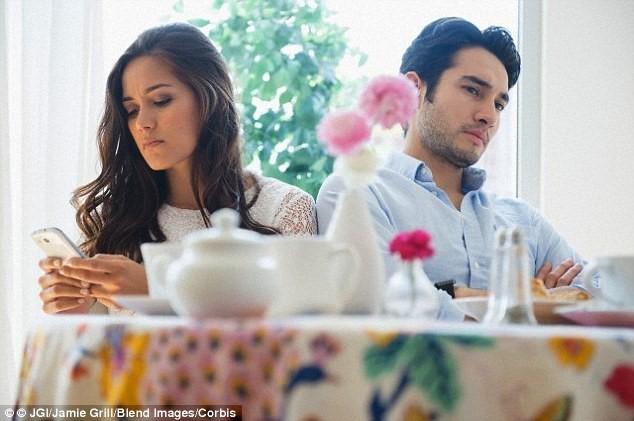 Chứng lạnh nhạt với người thân tăng cao vì smartphone - ảnh 1