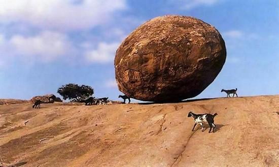 Tảng đá 250 tấn nằm thăng bằng trên sườn đồi dốc 45 độ - ảnh 1
