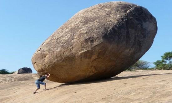 Tảng đá 250 tấn nằm thăng bằng trên sườn đồi dốc 45 độ - ảnh 2