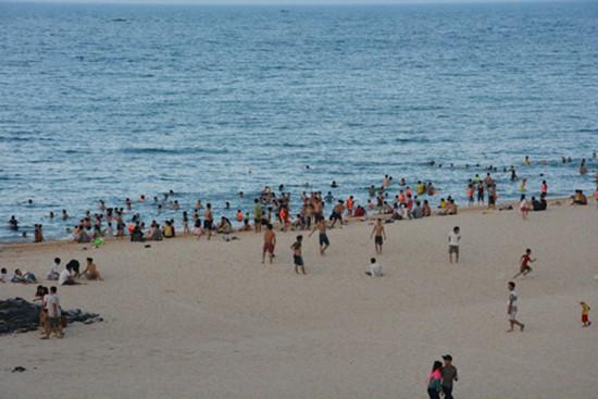 Hà Tĩnh vắng khách tắm biển, Phú Yên đông đến 'cháy phòng' - ảnh 2