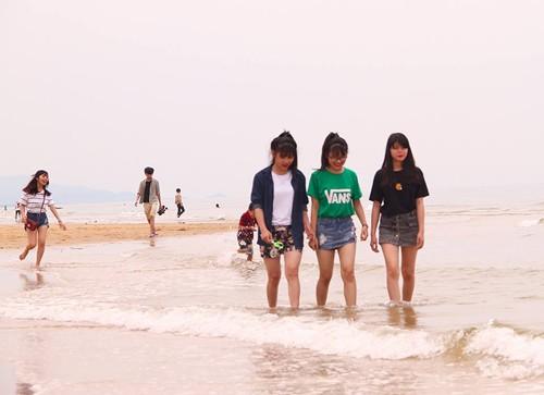 Hà Tĩnh vắng khách tắm biển, Phú Yên đông đến 'cháy phòng' - ảnh 1
