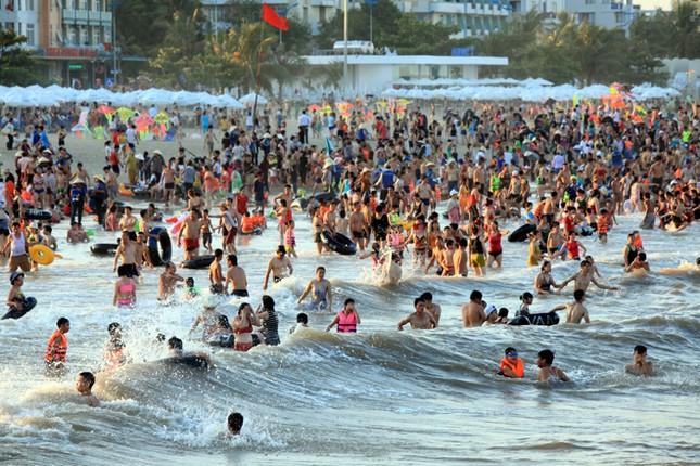 Biển Sầm Sơn đặc khách hàng cây số - ảnh 2