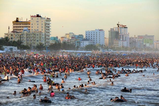 Biển Sầm Sơn đặc khách hàng cây số - ảnh 1