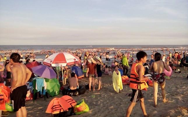 Biển Sầm Sơn đặc khách hàng cây số - ảnh 4