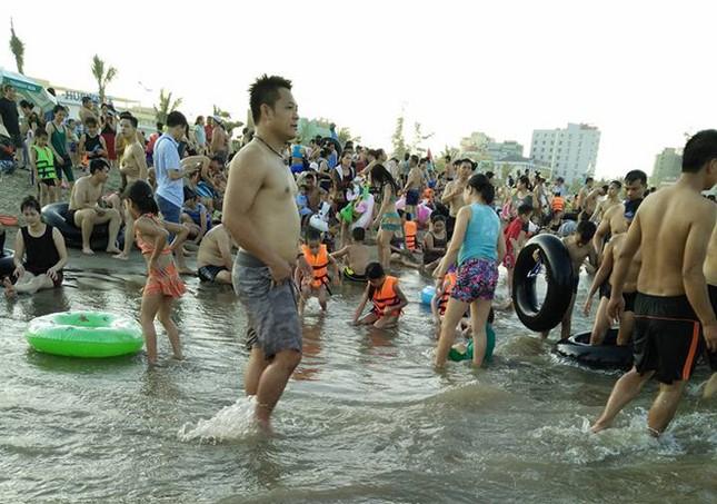 Biển Sầm Sơn đặc khách hàng cây số - ảnh 5