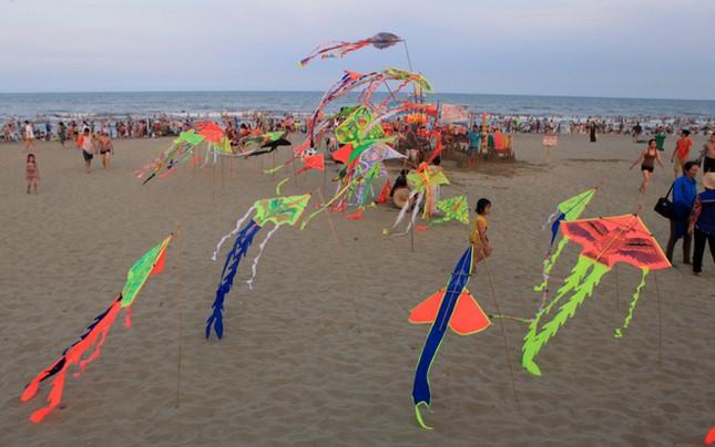 Biển Sầm Sơn đặc khách hàng cây số - ảnh 6