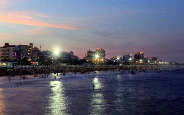 Biển Sầm Sơn đặc khách hàng cây số - ảnh 7