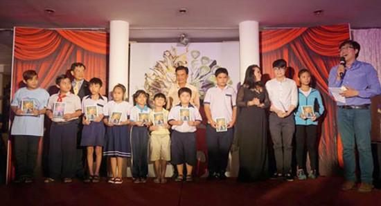 10 học bổng mang tên soạn giả Viễn Châu trao học sinh nghèo - ảnh 1