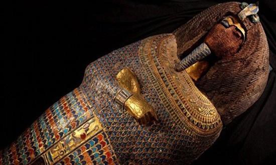 Ai Cập tìm chủ nhân quan tài chứa hộp sọ và 500 lá vàng - ảnh 1