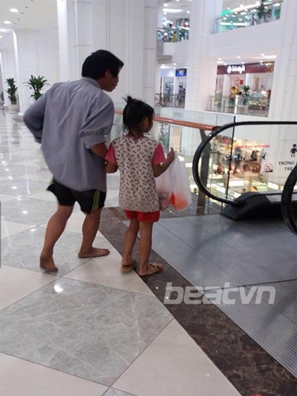 Thắt lòng bức ảnh người bố đi chân đất vào trung tâm thương mại - ảnh 1