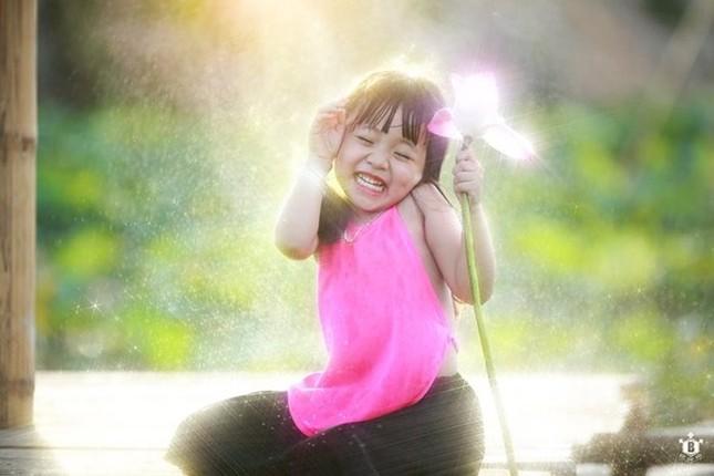 Bé gần 3,5 tuổi chụp ảnh bên sen 'đốn tim' cư dân mạng - ảnh 5