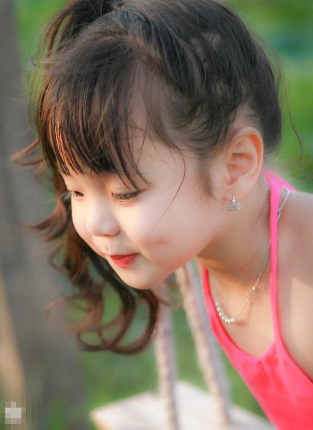 Bé gần 3,5 tuổi chụp ảnh bên sen 'đốn tim' cư dân mạng - ảnh 7