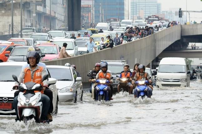 Đường phố Bangkok hóa sông do mưa lớn nhất trong 25 năm - ảnh 1