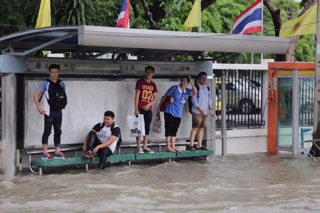 Đường phố Bangkok hóa sông do mưa lớn nhất trong 25 năm - ảnh 2