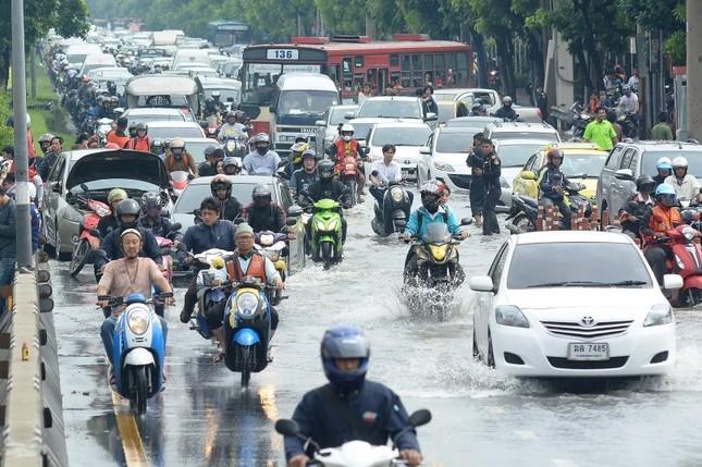 Đường phố Bangkok hóa sông do mưa lớn nhất trong 25 năm - ảnh 3