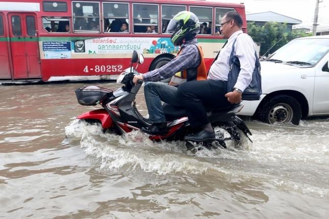 Đường phố Bangkok hóa sông do mưa lớn nhất trong 25 năm - ảnh 4