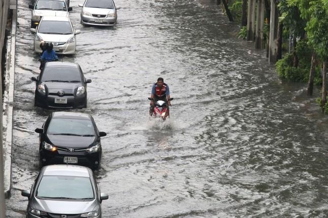 Đường phố Bangkok hóa sông do mưa lớn nhất trong 25 năm - ảnh 5