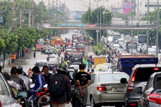 Đường phố Bangkok hóa sông do mưa lớn nhất trong 25 năm - ảnh 6