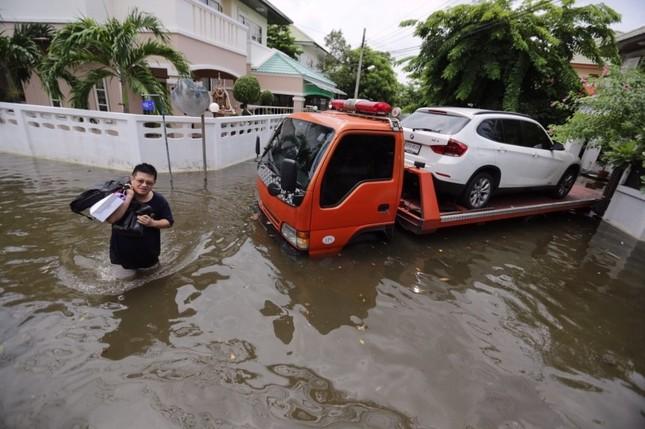 Đường phố Bangkok hóa sông do mưa lớn nhất trong 25 năm - ảnh 7