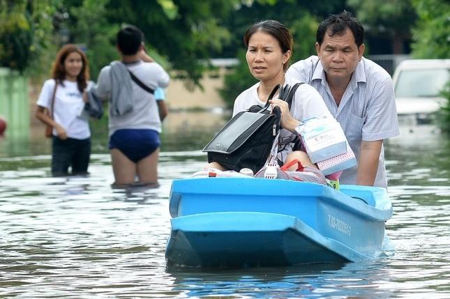 Đường phố Bangkok hóa sông do mưa lớn nhất trong 25 năm - ảnh 8