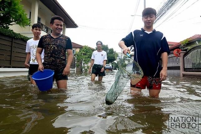 Đường phố Bangkok hóa sông do mưa lớn nhất trong 25 năm - ảnh 9