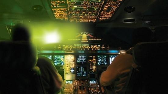 Hàng không thế giới đau đầu vì đèn chiếu laser - ảnh 1