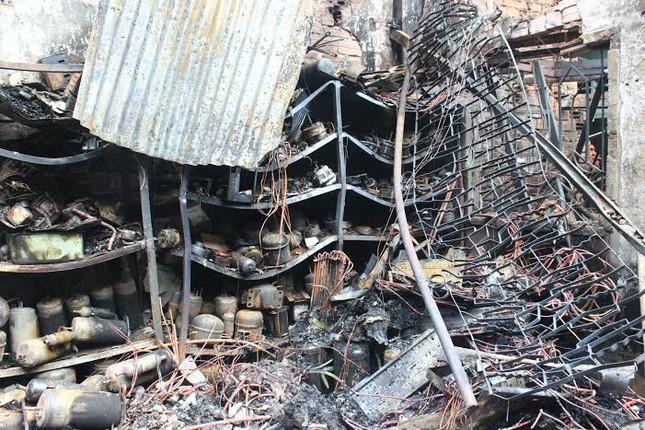 Ném con từ độ cao 3 mét thoát khỏi đám cháy 4 người chết - ảnh 1