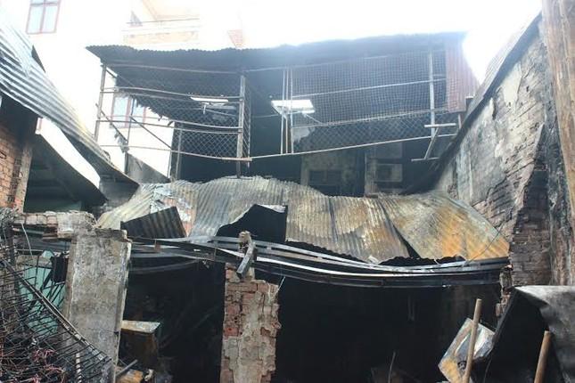 Ném con từ độ cao 3 mét thoát khỏi đám cháy 4 người chết - ảnh 2