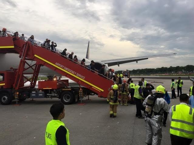 Một máy bay của Singapore bốc cháy trong khi hạ cánh khẩn cấp - ảnh 1