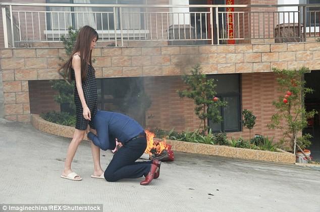 Ảnh chồng ôm chân vợ van xin không ly hôn gây sốt trên mạng - ảnh 1