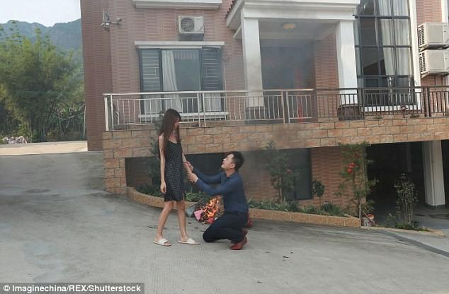 Ảnh chồng ôm chân vợ van xin không ly hôn gây sốt trên mạng - ảnh 2