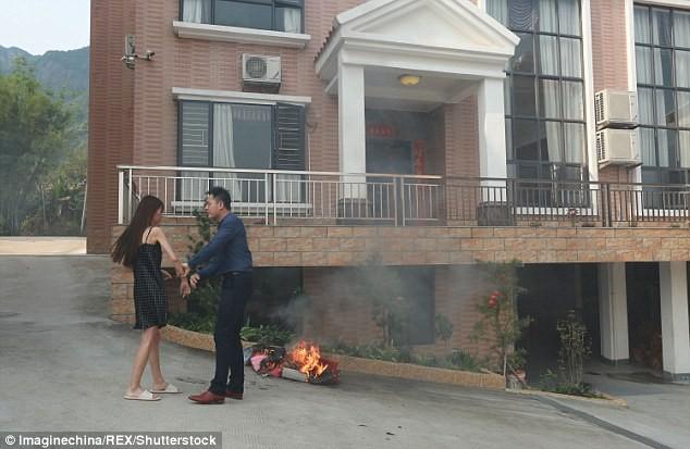 Ảnh chồng ôm chân vợ van xin không ly hôn gây sốt trên mạng - ảnh 3