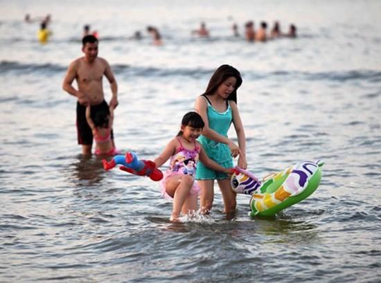Du khách tấp nập đến bãi biển Cửa Lò - ảnh 2