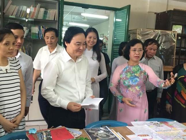 """Bộ trưởng Phùng Xuân Nhạ: Thầy cô không """"kiễng chân"""" mãi được đâu - ảnh 1"""