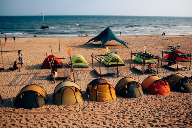 6 địa điểm ngủ lều bên bãi biển đang hot ở Việt Nam - ảnh 2