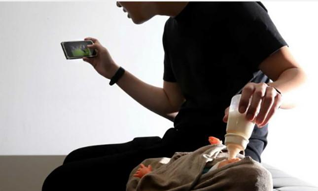 Bé gái tử vong khi bố vừa cho bú bình vừa chơi điện thoại - ảnh 1