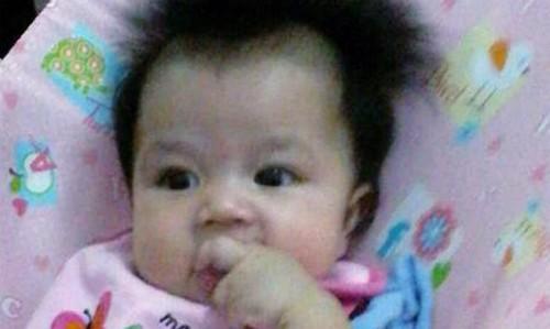 Bé gái tử vong khi bố vừa cho bú bình vừa chơi điện thoại - ảnh 2
