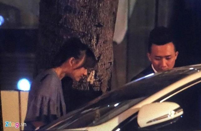 Trấn Thành cầu hôn Hari Won ở bar lúc nửa đêm - ảnh 1