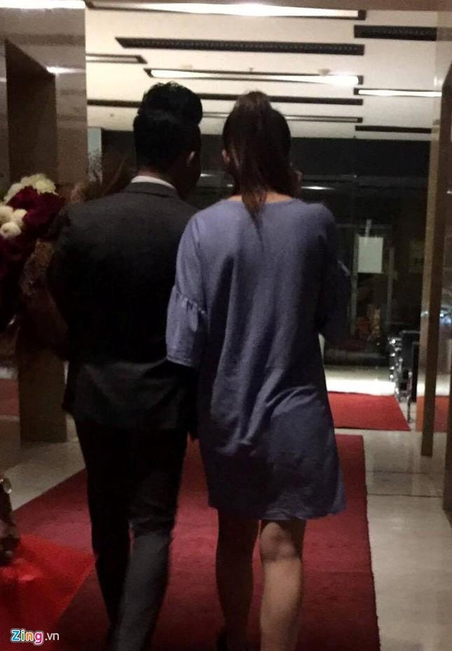 Trấn Thành cầu hôn Hari Won ở bar lúc nửa đêm - ảnh 2