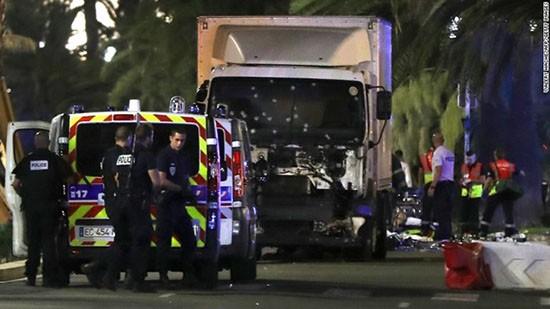 Khủng bố lao xe tải vào đám đông ở Pháp, 77 người chết - ảnh 1