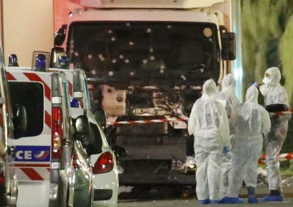 Xe tải lao vào đám đông mừng quốc khánh ở Pháp, 80 người chết - ảnh 2