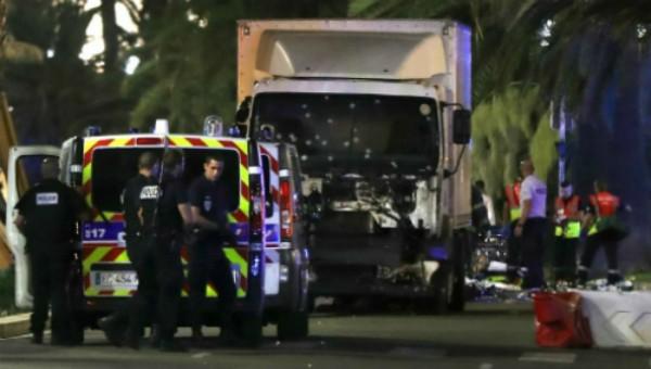 Xe tải lao vào đám đông mừng quốc khánh ở Pháp, 80 người chết - ảnh 1