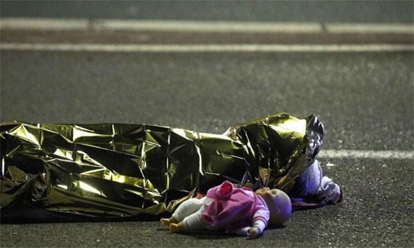 Xe tải lao vào đám đông mừng quốc khánh ở Pháp, 80 người chết - ảnh 4