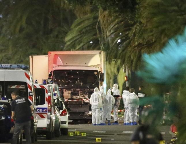 Hiện trường vụ lao xe tải vào đám đông mừng quốc khánh Pháp - ảnh 1