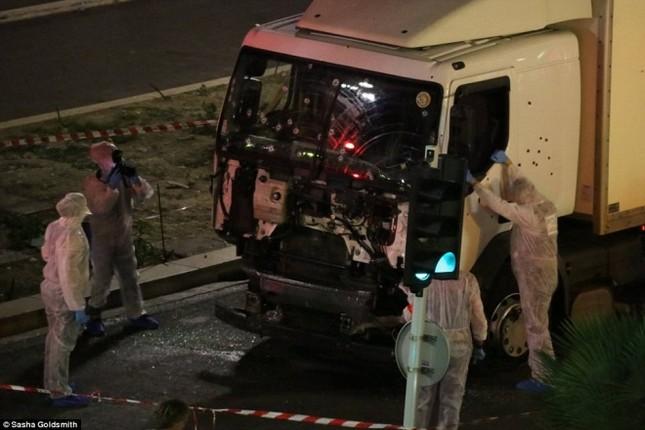 Hiện trường vụ lao xe tải vào đám đông mừng quốc khánh Pháp - ảnh 2
