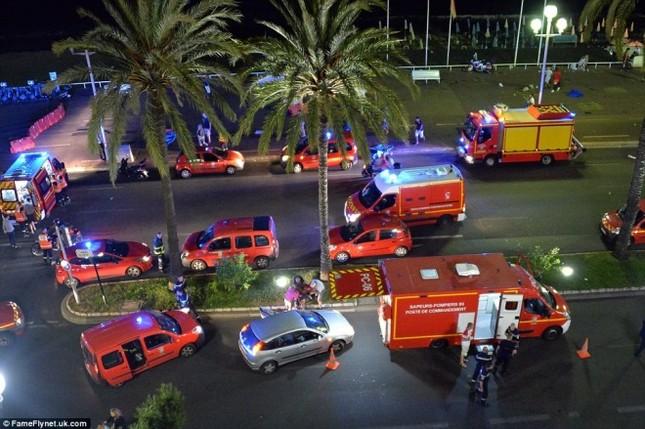 Hiện trường vụ lao xe tải vào đám đông mừng quốc khánh Pháp - ảnh 4